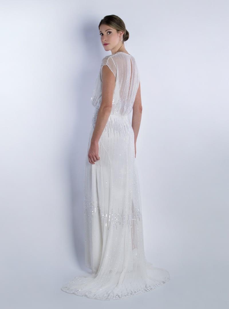 Subtil i elegant disseny per vestit de núvia de CRISTINA SAURA. Peça elaborada a mà en la seva totalitat.