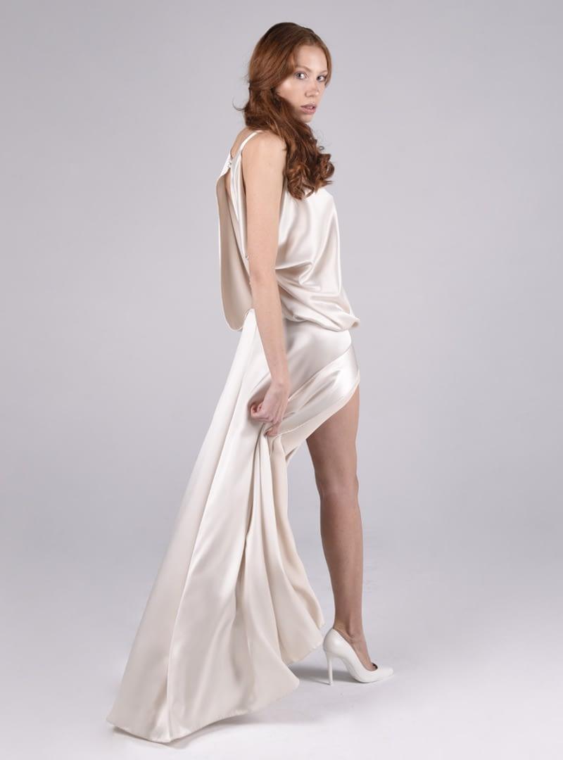 Originalitat i intemporalitat són característiques habituals en les creacions de CRISTINA SAURA. Ariel és un sofisticat disseny de la col·lecció de núvia i festa de la signatura.