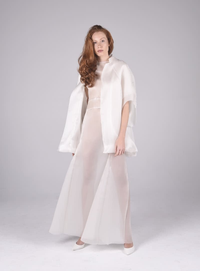 Disseny 3-quarts japonès de CRISTINA SAURA. Elaborat en organdí de seda constitueix la peça idònia per a vestit llarg de núvia o festa.