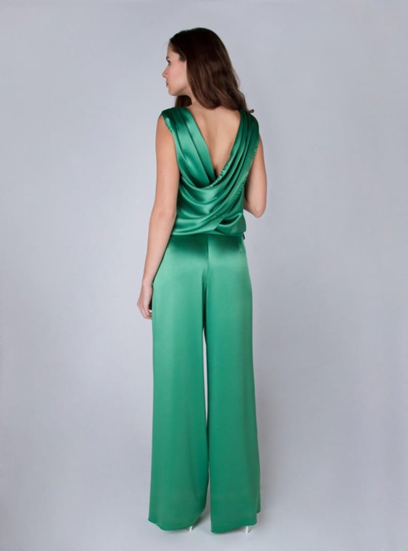 Tesa és un disseny de la col·lecció de vestits de festa d'Alta Costura de CRISTINA SAURA en el qual destaca un original drapejat a l'esquena formant V.