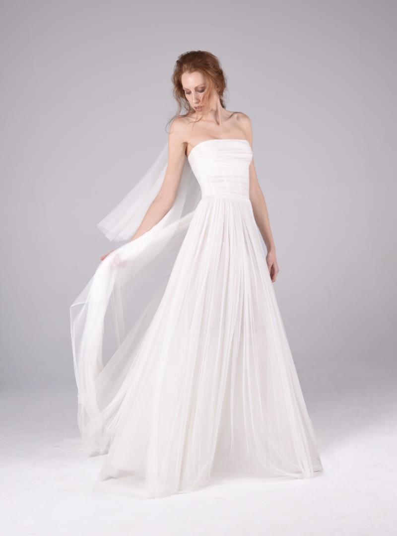 Disseny núvia CRISTINA SAURA. Està elaborat amb tul de seda prisada a mà que drapea l'estructura corsetera del vestit.