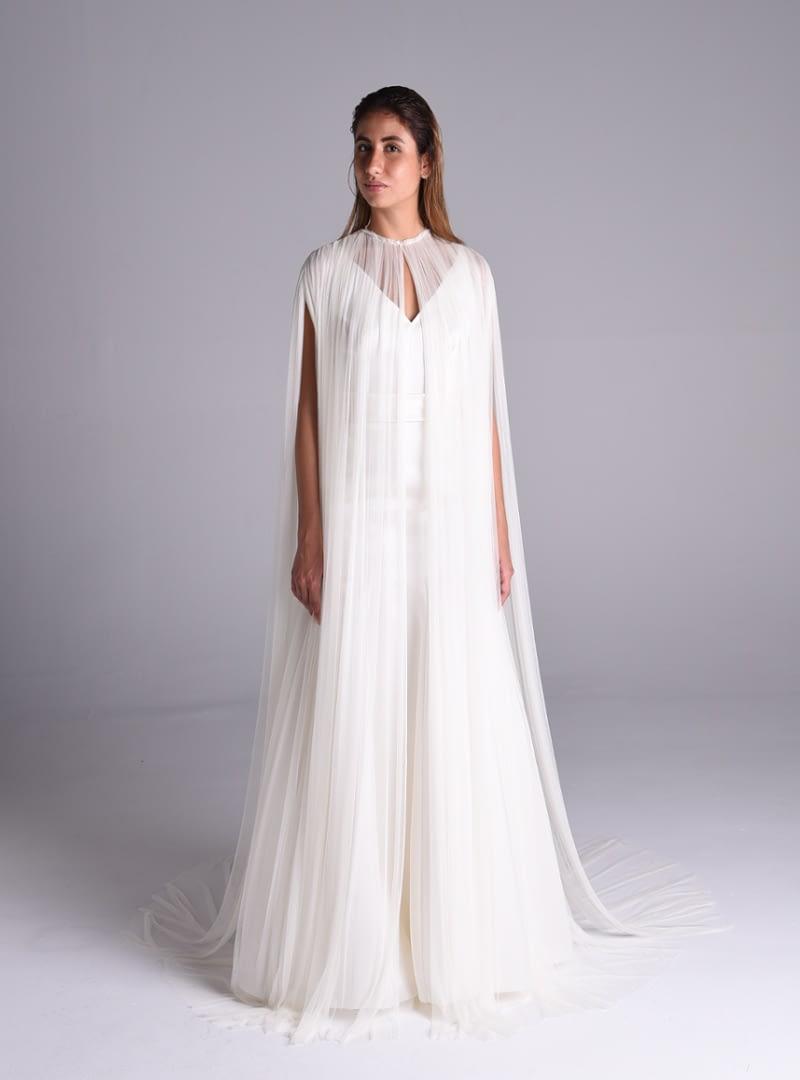 Solemne Beatrix es una capa de tul de seda de la colección de vestidos de novia de Alta Costura de CRISTINA SAURA.