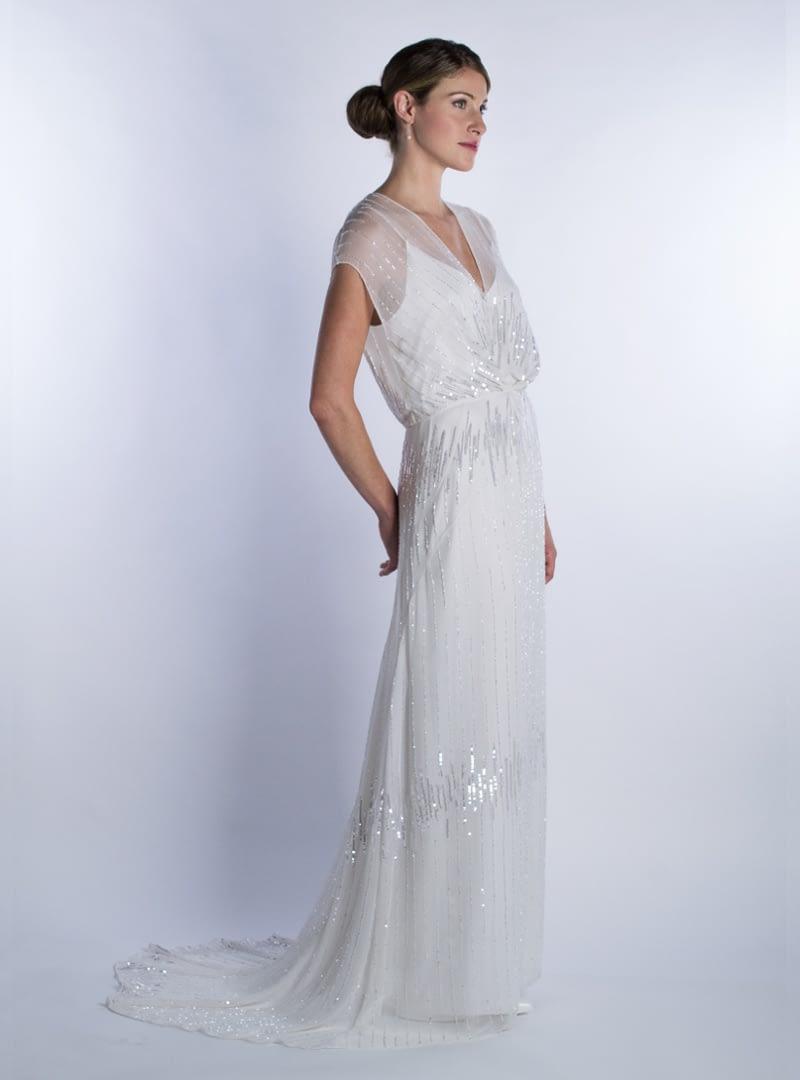 Vestido de novia de linea columna con hombros redondeados y cola de capilla. Diseño CRISTINA SAURA.