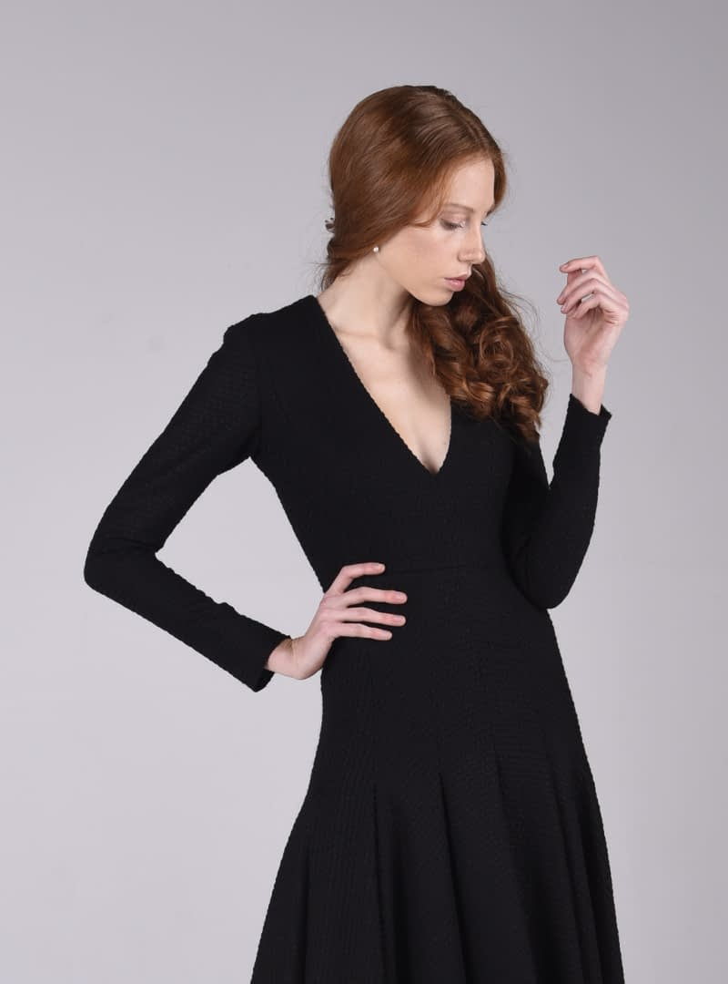 El cos del vestit festa, que és de tall clàssic, perfila amb detall la figura femenina