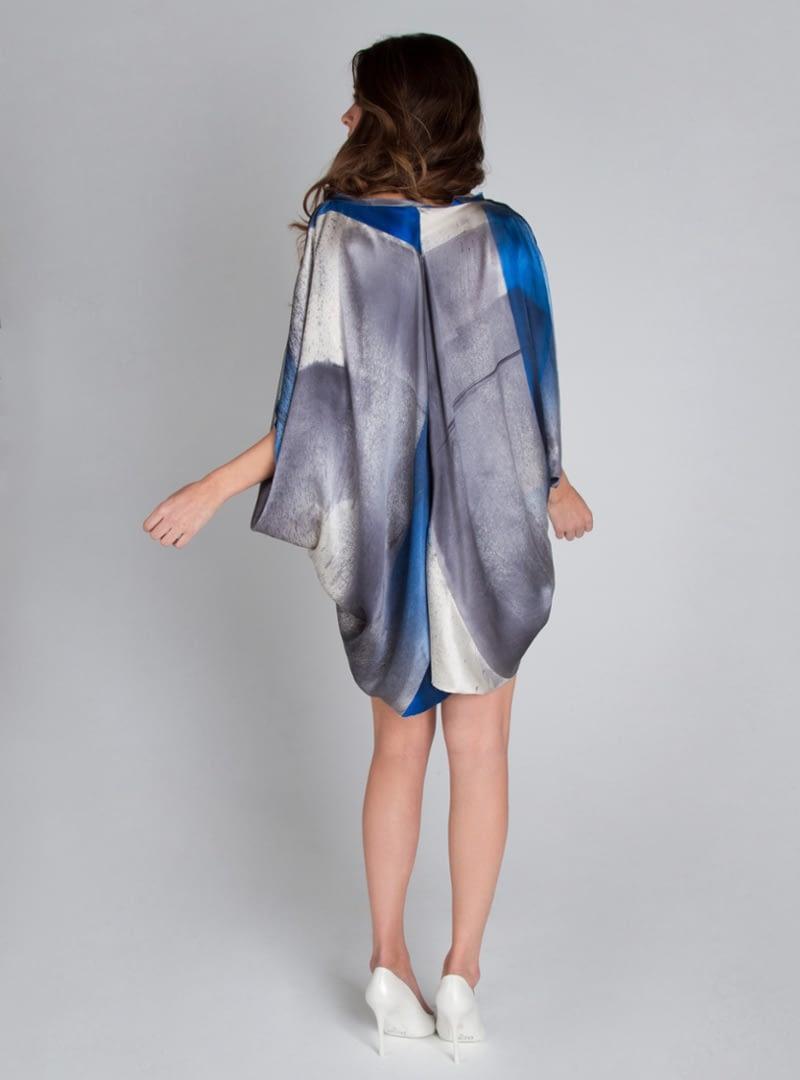 Taif és una peça de la col·lecció de vestits de festa de CRISTINA SAURA elaborada amb setí de seda, que pot ser enendida com un minivestit o com brusa.