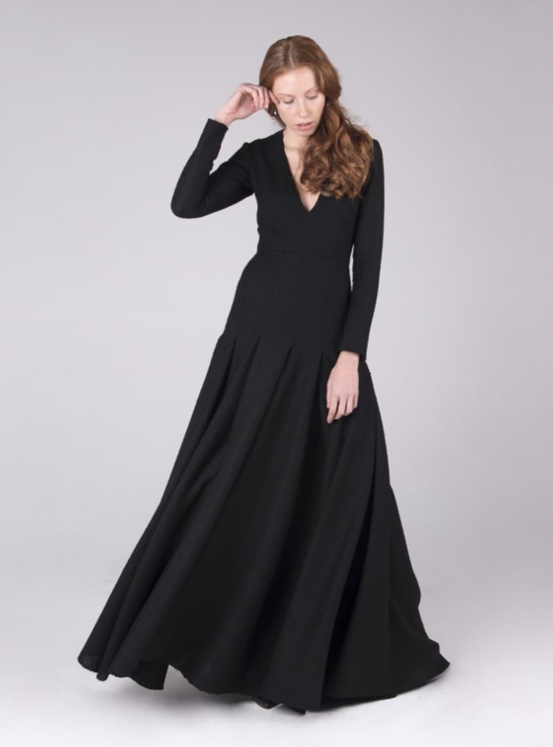 """Un pronunciat escot en """"V"""" al davanter sobrepassant l'alt del pit culmina el disseny del femení i minimal vestit festa CRISTINA SAURA."""