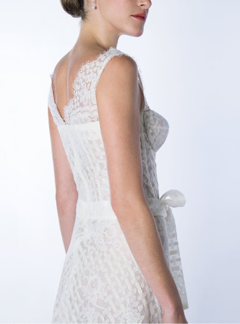 Profile of the short wedding dresses design GALA of CRISTINA SAURA that allows to observe with detail the perfection and the professionalism in the cut of the patterns of the firm.