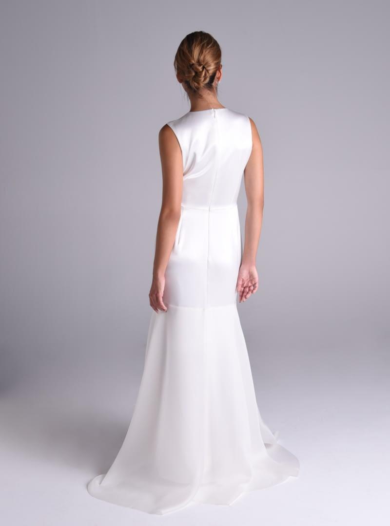 El vestido de novia Lola coordina el brillo del satén con el aspecto enpolvado de la organza de seda.