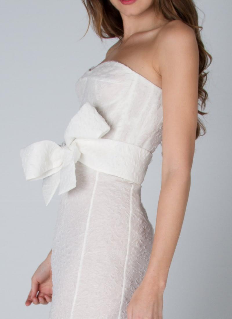 Diseño para vestidos de novia Alta Costura CRISTINA SAURA de linea abocinada con cuerpo corsetero elaborado en organza labrada.