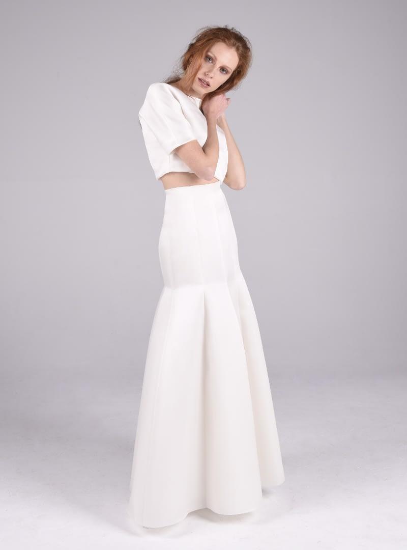 Cintia es un femenino conjunto para novia de CRISTINA SAURA que consta de cuerpo japonés y falda obocinada, elaboradas ambas piezas con triple organza de seda.