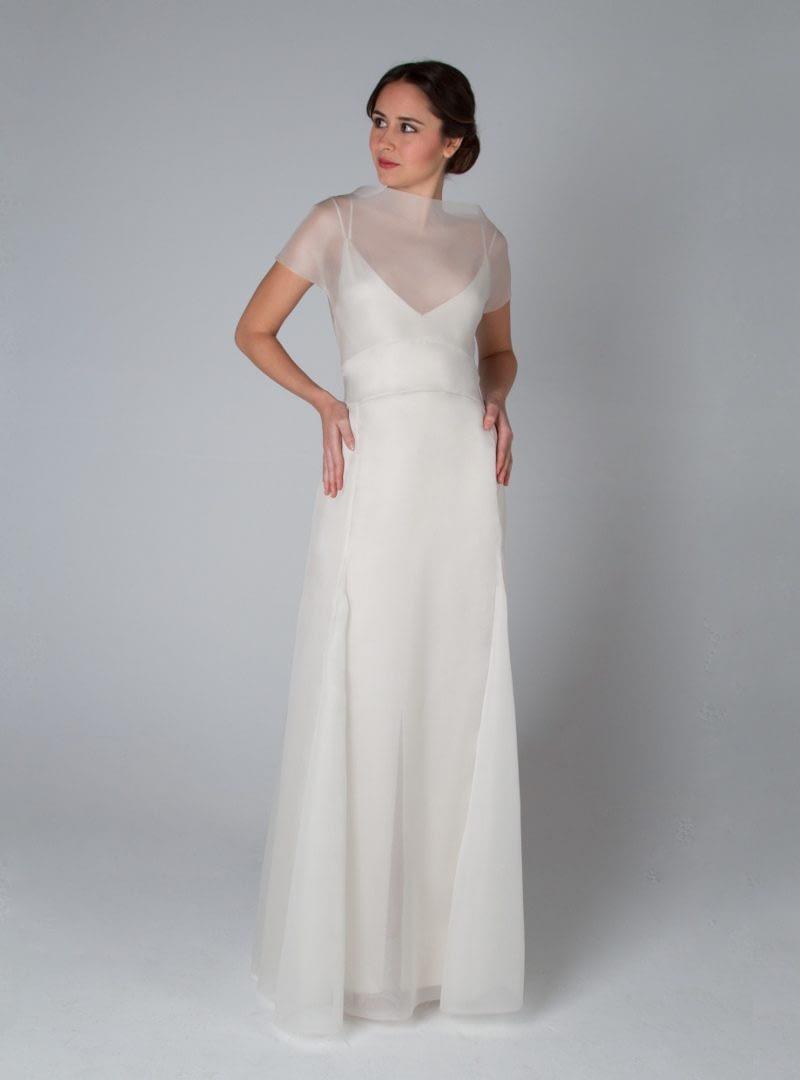 Eileen es un diseño CRISTINA SAURA y sinónimo de sutil belleza. Organza de seda y transparencia son grandes aliados en esta pieza.