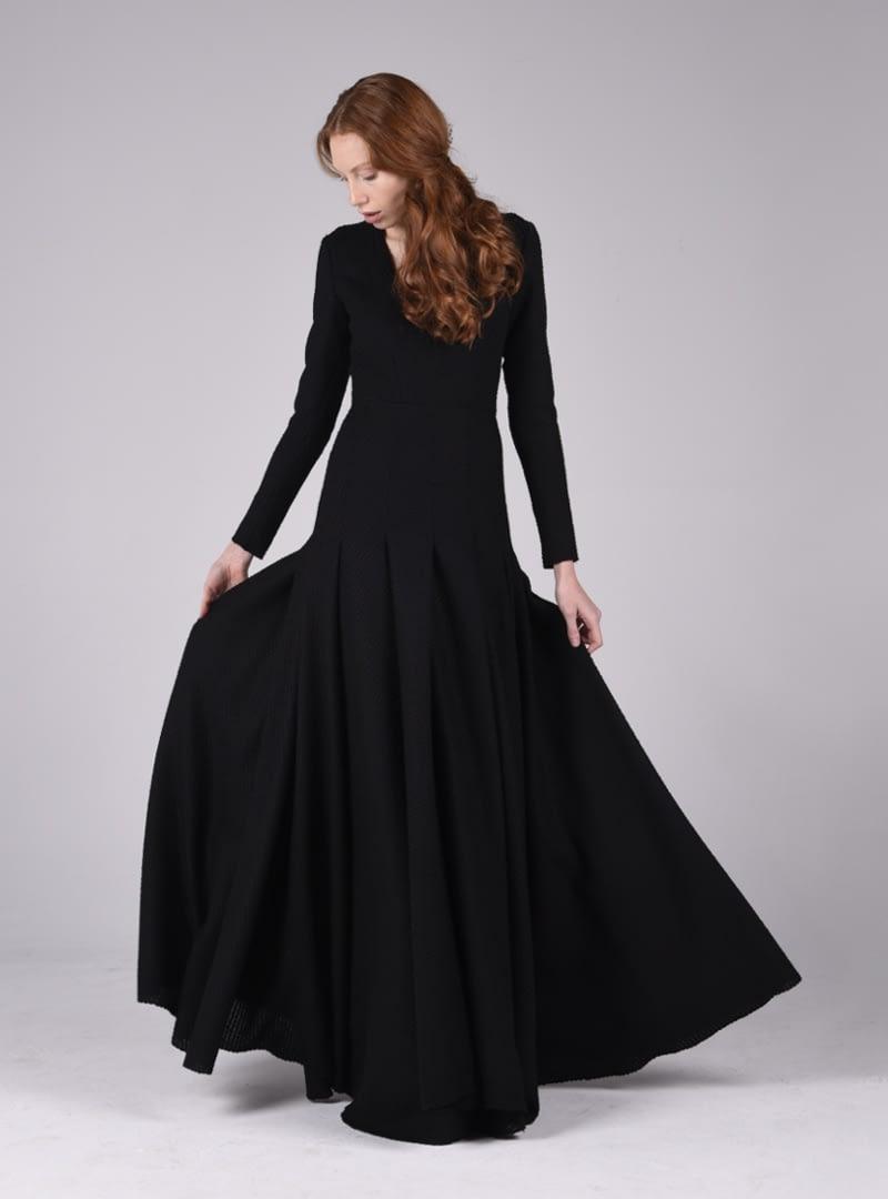 Espectacular vestido de fiesta CRISTINA SAURA de estilo clásico. Su diseño define el torax hasta la cadera y brazos, mientras la falda despliegua abundante volumen.