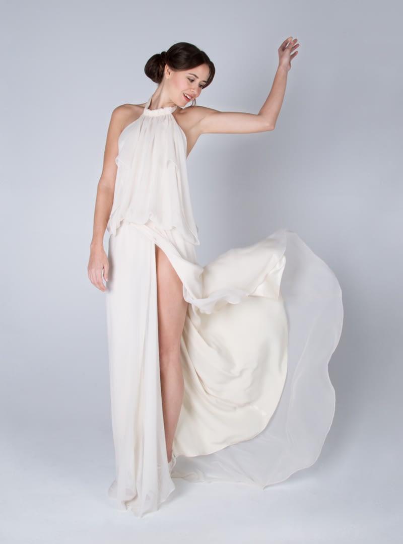Diseño original con escote halter de CRISTINA SAURA elaborado en chifón de seda.