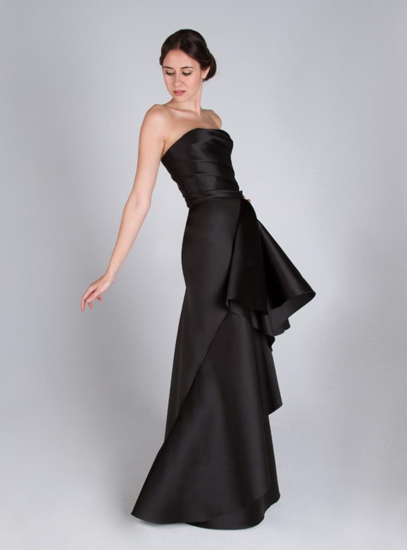 Vestido de noche diseño de CRISTINA SAURA. Consta de drapeado en su escote palabra de honor y falda biés con fantasía.