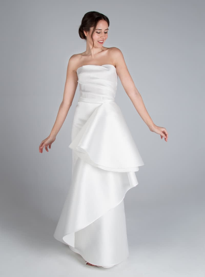 Leonor es un diseño linea columna de CRISTINA SAURA. Consta de un drapeado en el cuerpo y falda biés con fantasía.