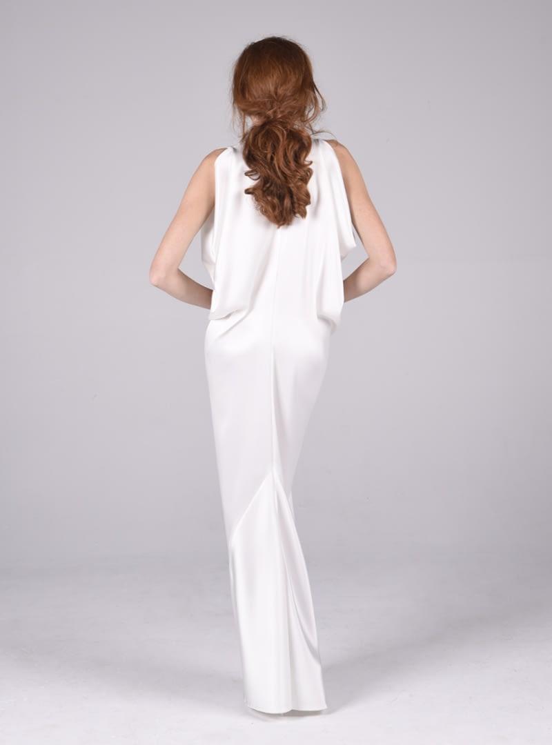 Lyla forma parte de una colección de CRISTINA SAURA de estilo sofisticado, consecuencia de un experto manejo en el corte y conocimiento de los tejidos.