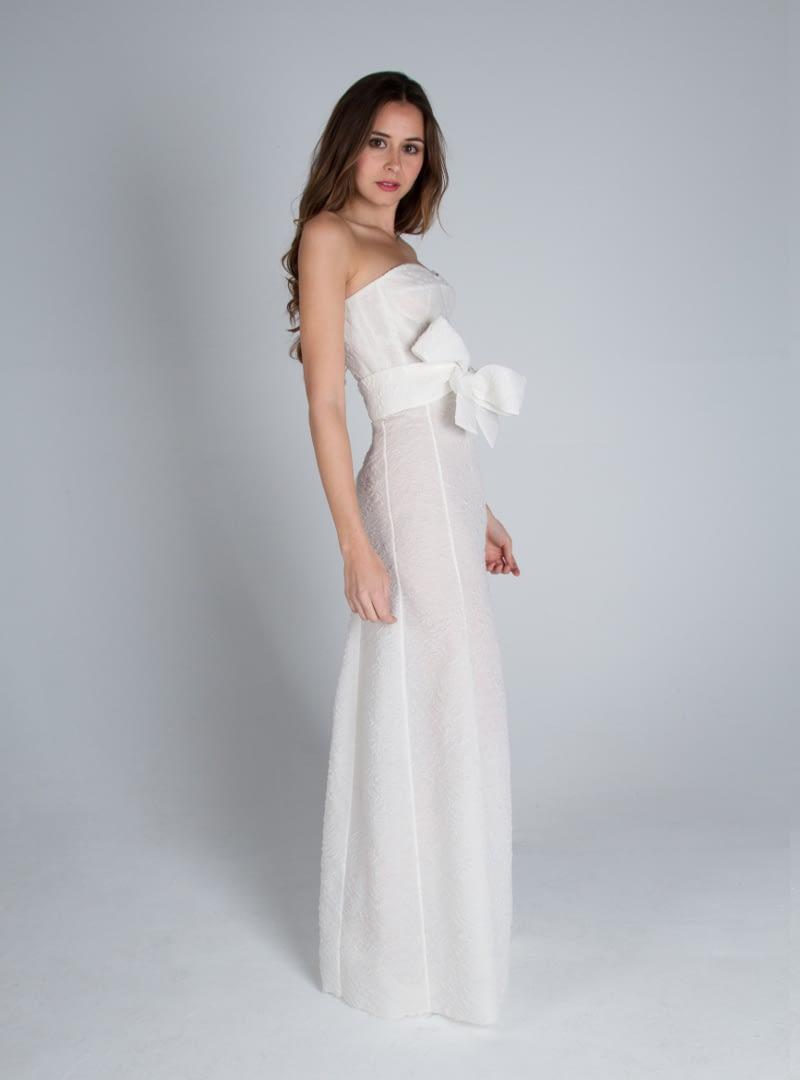 Diseño vestido de novia CRISTINA SAURA con ambiente corsetero y sutil linea abocinada, elaborado con organza labrada.