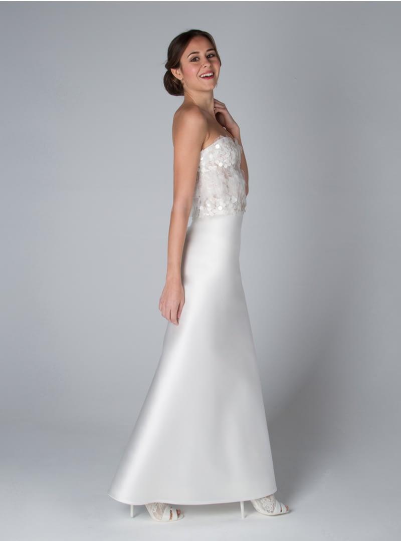 El estilo de los diseños para novia, de CRISTINA SAURA, subrayan una aparente sencillez, con el afán de potenciar la personalidad femenina.