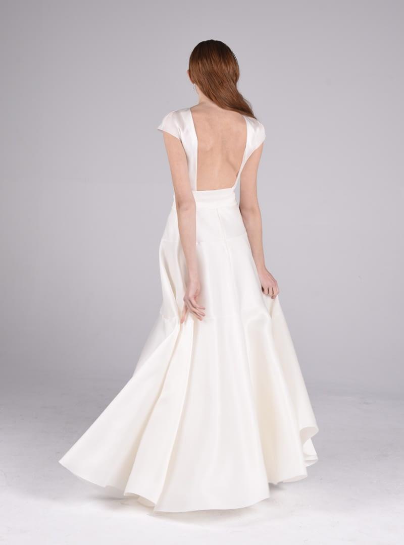 Olivia es un favorecedor diseño para vestido de novia de CRISTINA SAURA. Construido con triple organza de seda, el corte define la linea del talle hasta la cadera y aumenta su volumen generosamente en el bajo.