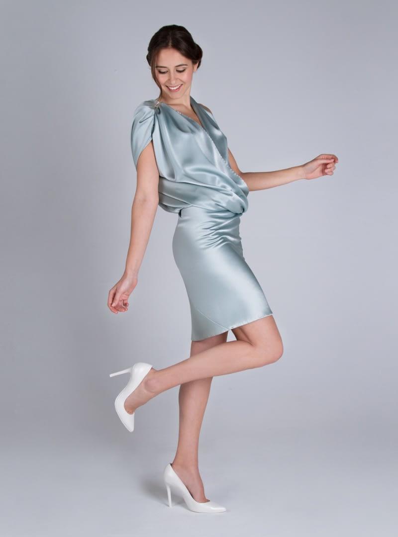 Original vestido de fiesta corto, de la colección de fiesta CRISTINA SAURA. Visita nuestra tienda en Barcelona.