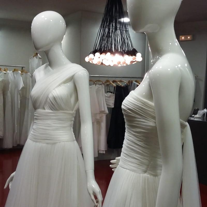 Originales diseños lucen los maniquies en el interior de la tienda de Vestidos de Novia Alta Costura de CRISTINA SAURA.