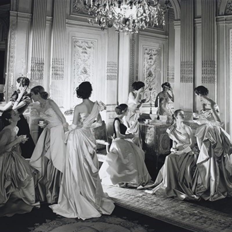 Fotografía de estilo composición pictórica de Cecil Beaton a los vestidos de Charles James en 1948.