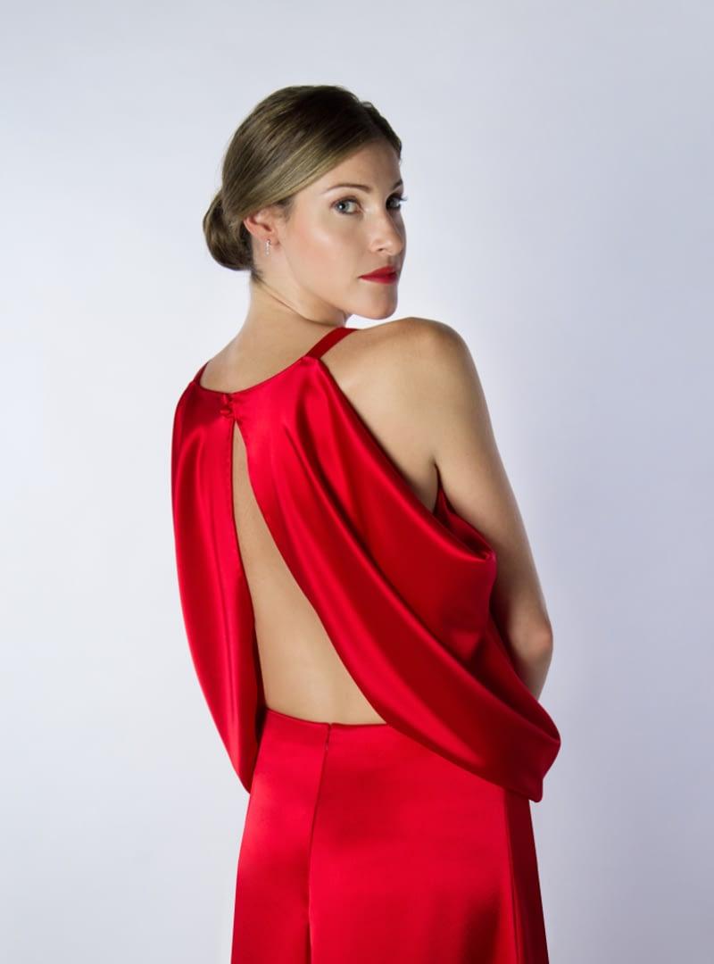Suggerent escot a l'esquena d'Ariel; un disseny d'Alta Costura de la col·lecció de Vestits de Festa d'CRISTINA SAURA.