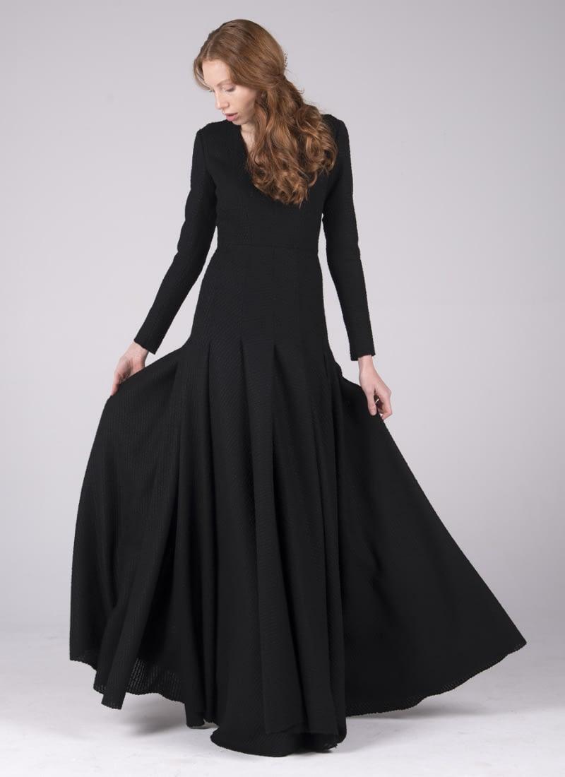 Espectacular vestido de fiesta Alta Costura o vestido de novia CRISTINA SAURA de estilo clásico. Su diseño define el torax hasta la cadera y brazos, mientras la falda despliegua abundante volumen