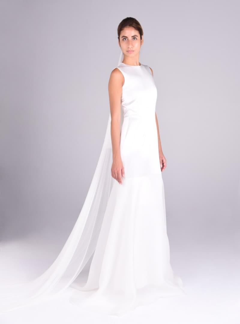 """Lola es un diseño de linea """"H"""" que coordina el brillo del blanco satén con el aspecto enpolvado de la organza de seda."""